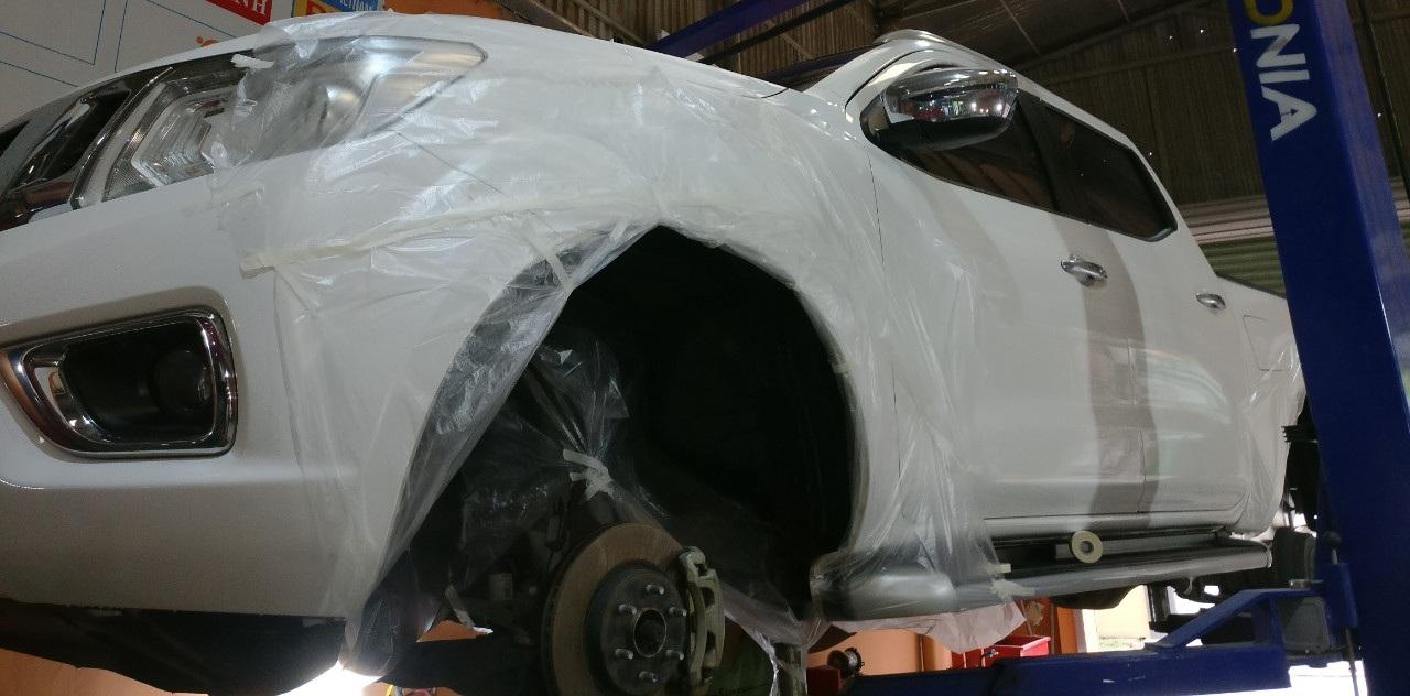 Sơn phủ gầm cao su non, mạ kẽm ống xả cho xe bán tải Nissan Navara