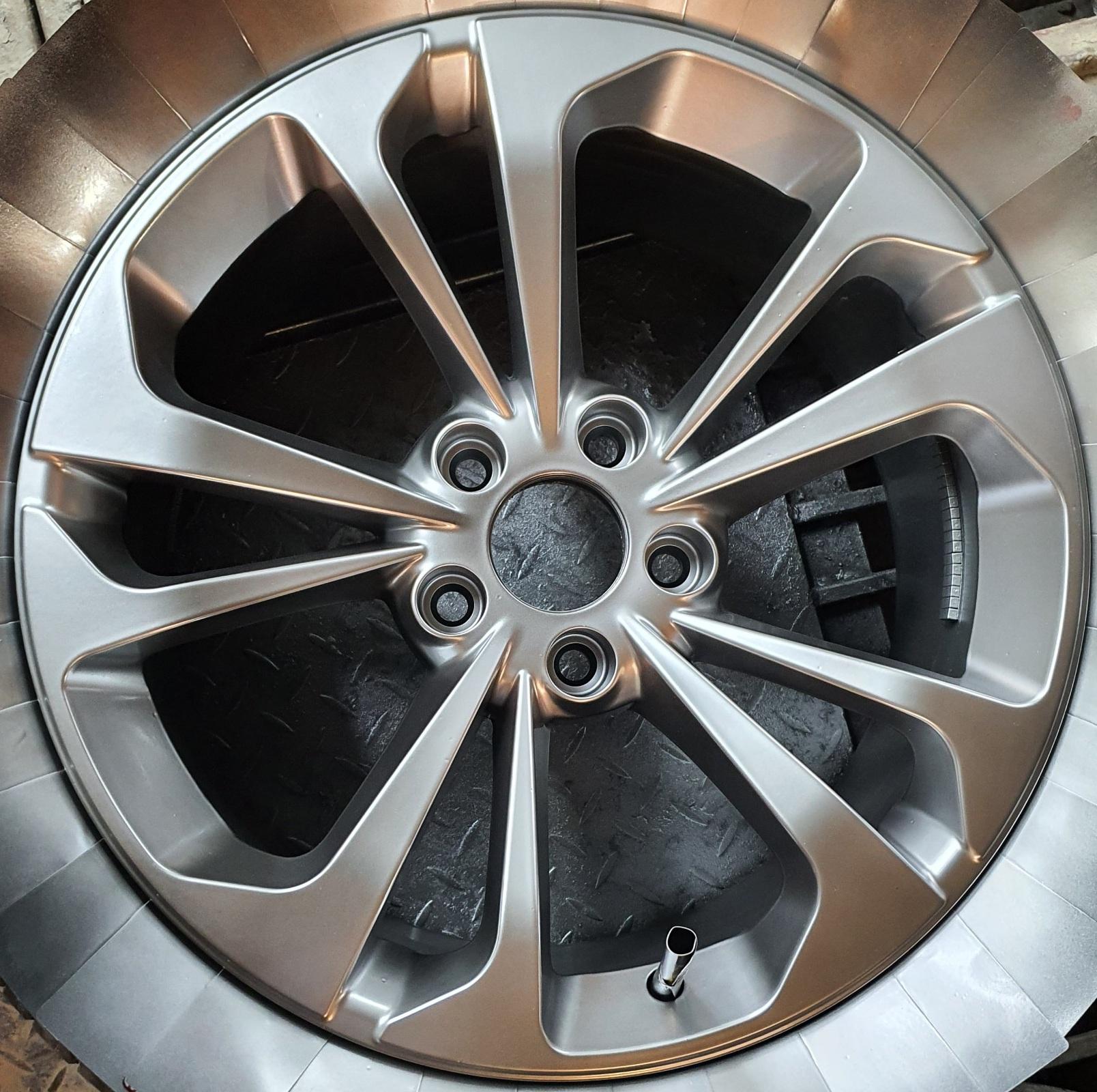 Sơn lazang - mâm xe màu Titan ánh thép tại Trung Tâm Kỹ Thuật Ô Tô Mỹ Đình THC