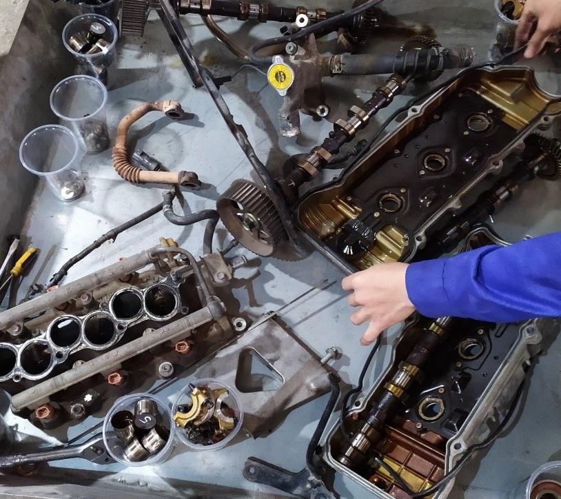 tháo rã các chi tiết của động cơ xe ô tô